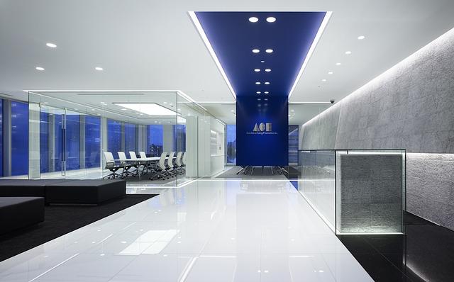 skleněné stěny kanceláře