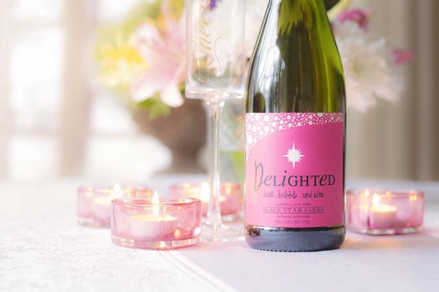 """Fľaša s ružovou etiketou a nápisom """"delighted"""""""