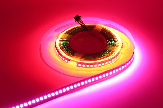 LED pásik svietiaci viacerými farbami na ružovom pozadí