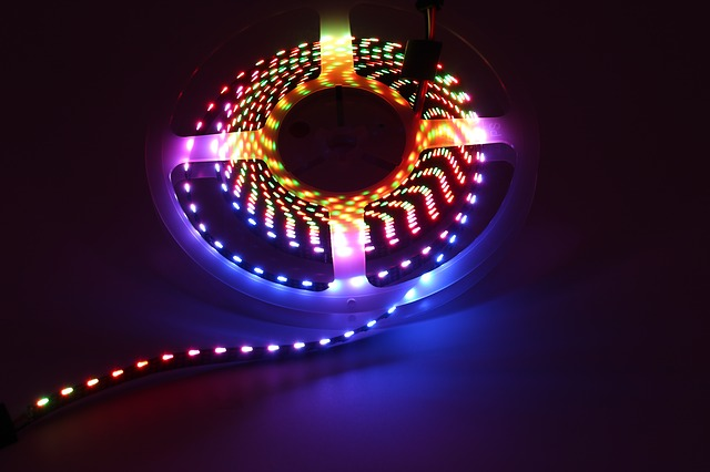 Farebný LED pásik stočený v kruhu