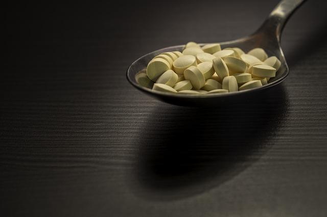 Žlté tabletky na lyžici