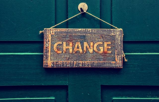 Zelené dvere s nápisom change, zmena