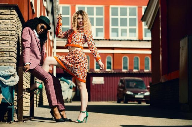 Dve extravagantne oblečené ženy stoja na ulici