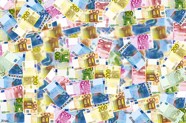 Peniaze, kopa peňazí.jpg