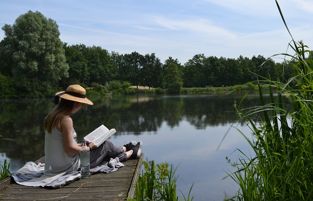 Relax s knihou v ruke.jpg